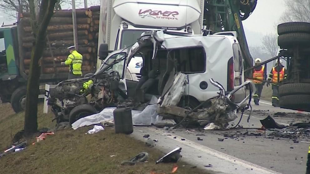 Nehodu podle prvních závěrů policie způsobil řidič osobního auta