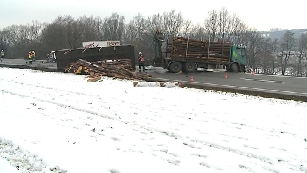 Nehoda auta a kamionu ve Zlíně-Přítlukách