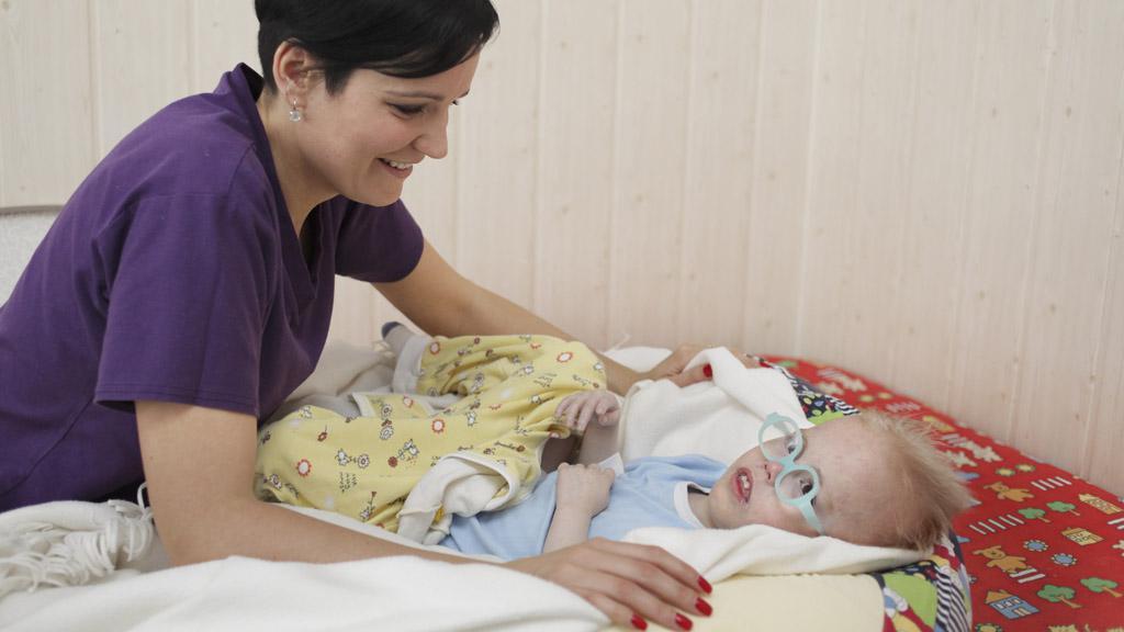 Pečovatelky ze sdružení Šafrán v kojeneckém ústavu