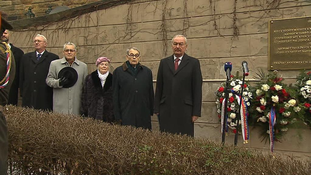 Shromáždění u pamětní desky v Nerudově ulici