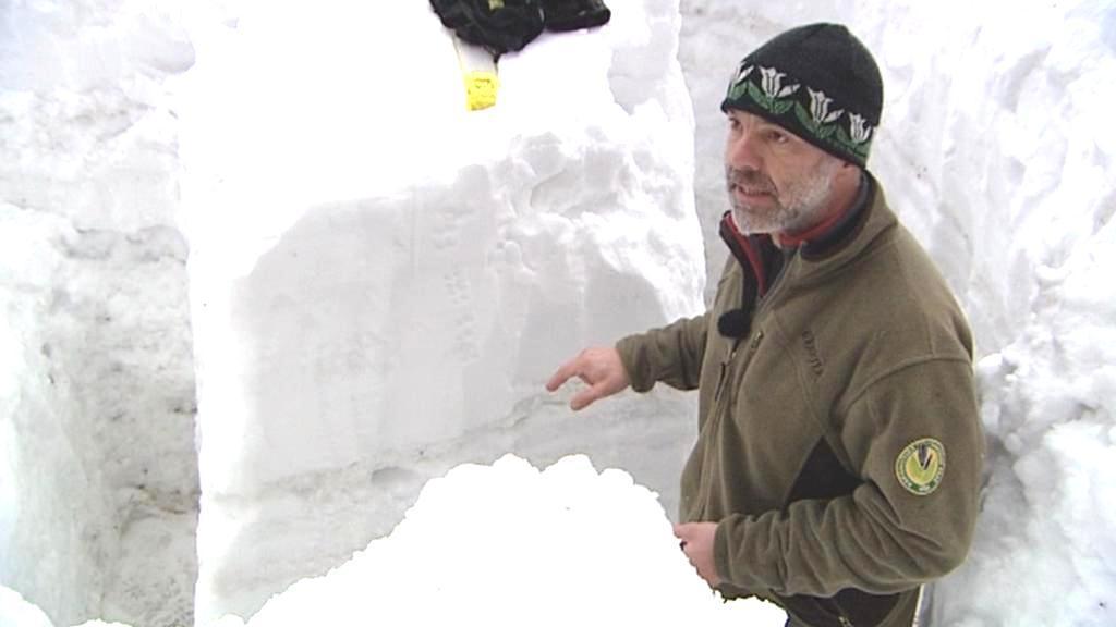 Michal Skalka ukazuje sněhový profil