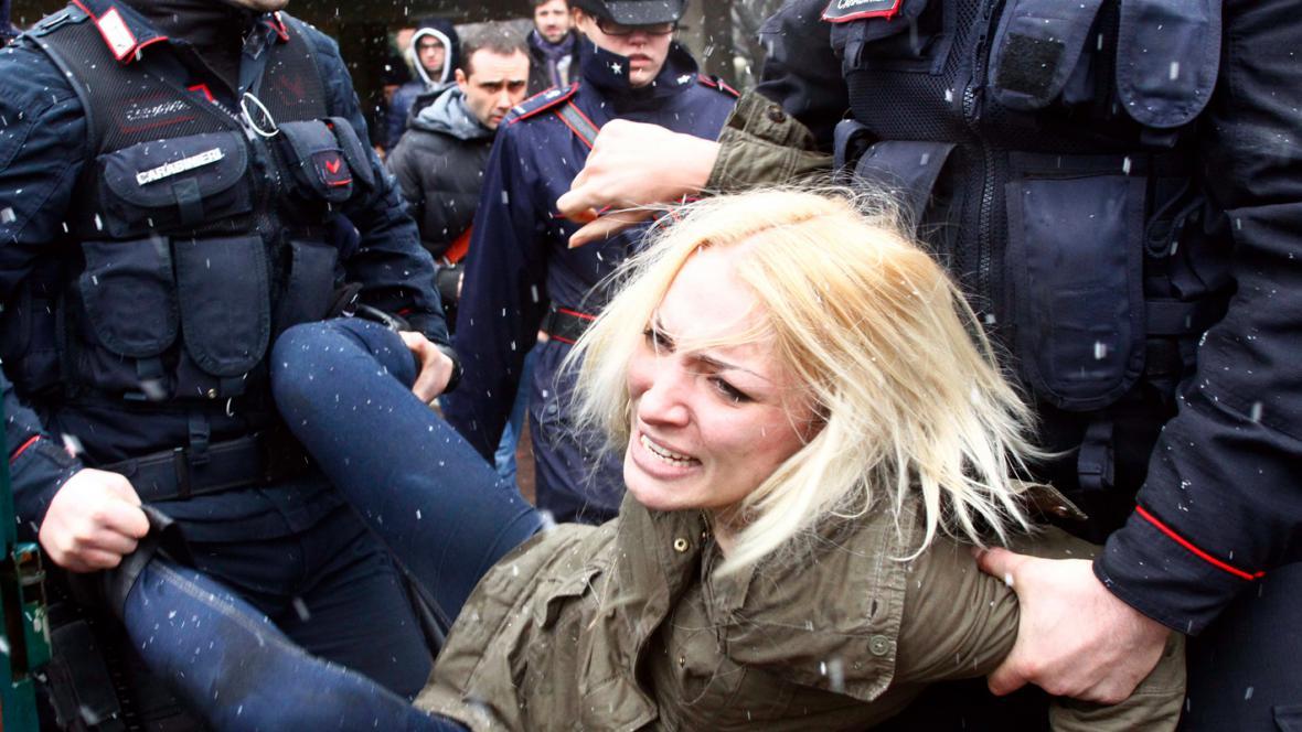 Italská policie odvádí jednu z aktivistek hnutí Femen