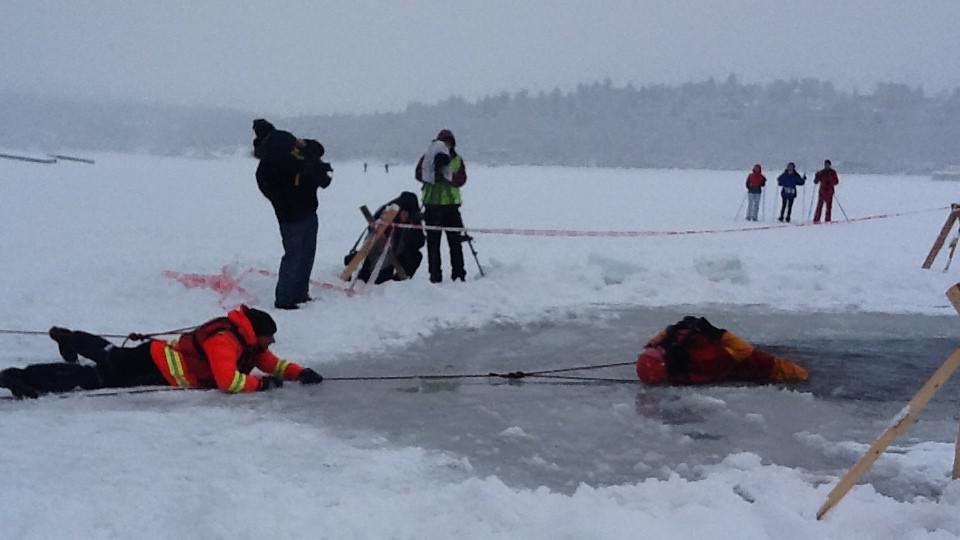 Záchranáři musí reagovat rychle. V ledové vodě jde o minuty