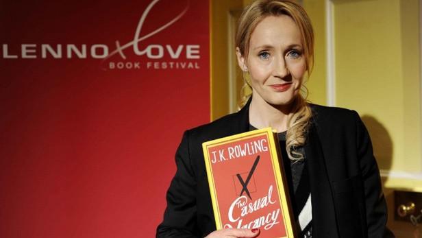 J. K. Rowlingová s knihou Prázdné místo (The Casual Vacancy)