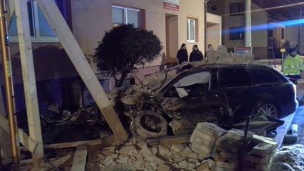 Automobil narazil do domu