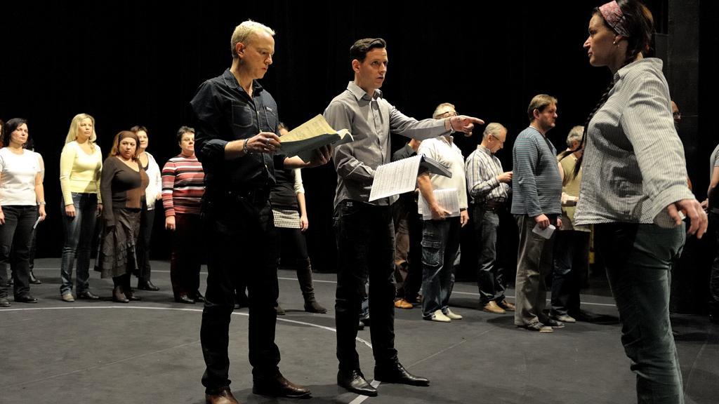Rocc s Peterem Weddem (Lohengrin), Maidou Hundeling (Elsa z Brabantu) a členy sboru Opery NDM