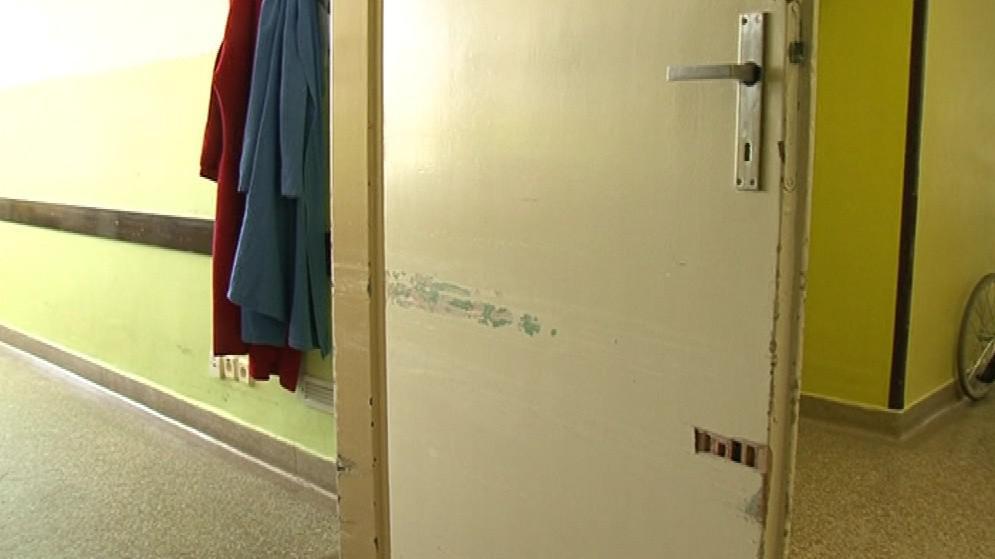 Dveře jsou úzké, postele s pacienty tudy projíždí jen s obtížemi