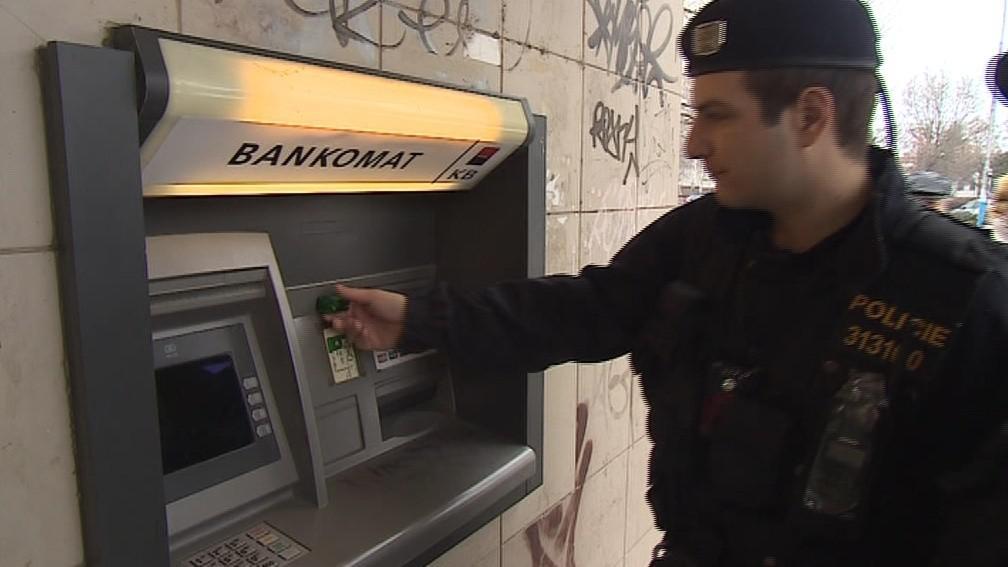 Břeclavští strážníci dnes kontrolovali všechny bankomaty ve městě
