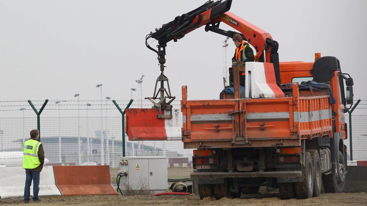 Na bruselském letišti se po loupeži přidávají bariéry