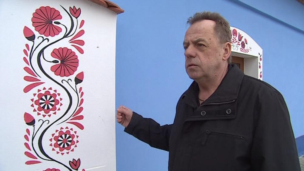 Tradiční výmalba fasády vinných sklepů v Bořeticích