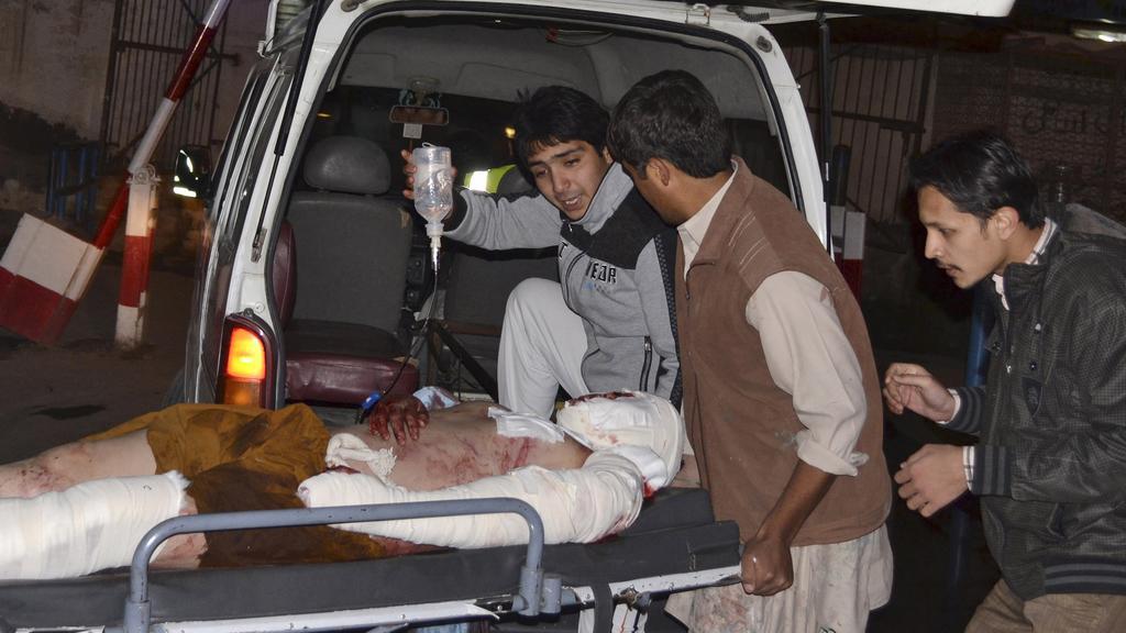 Dobrovolníci pomáhají zraněným po explozi