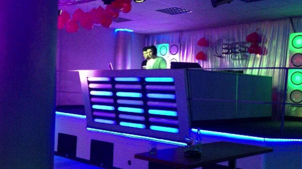 Provozovatel tvrdí, že se tu pouští hudba jen z jukeboxu