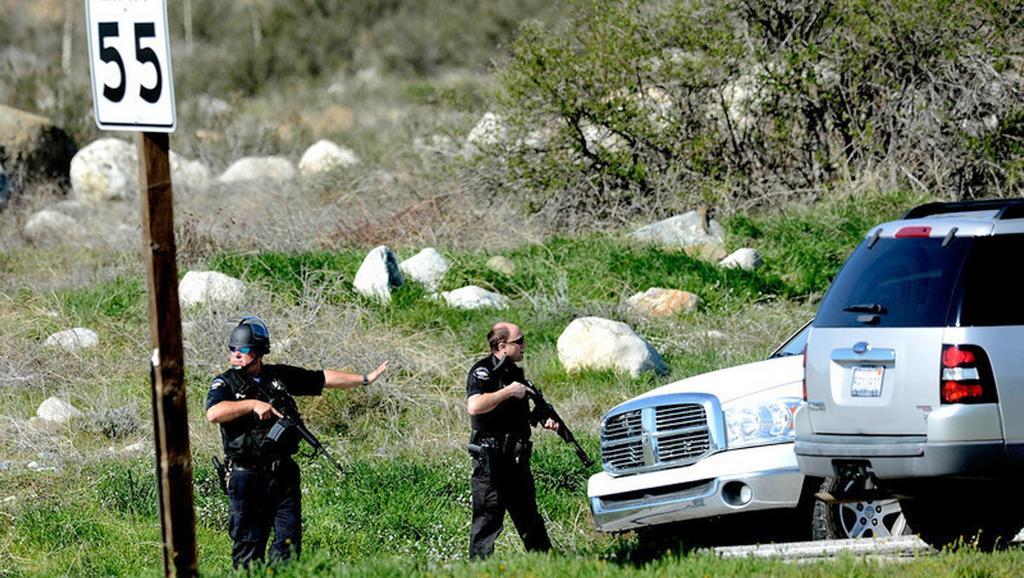 Policisté odklánějí dopravu při zásahu v oblasti San Bernardino
