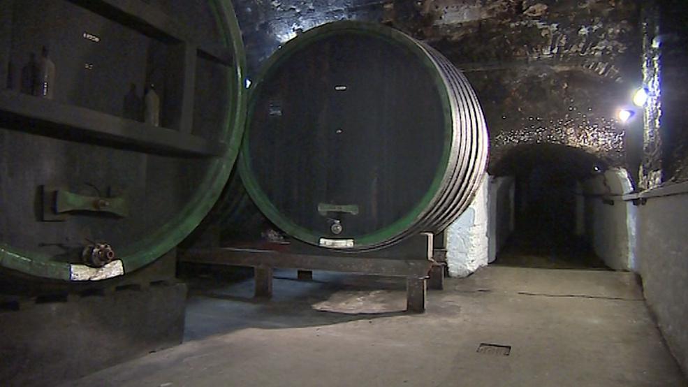 Dřevěné sudy na mešní víno v arcibiskupském sklepě v Kroměříži