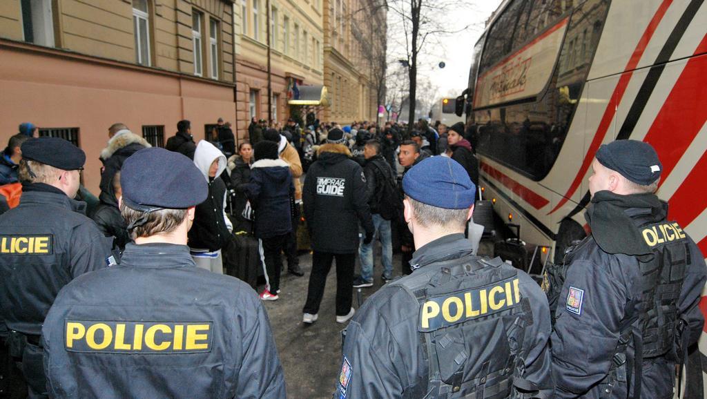 Policie přihlíží odjezdu skupiny Dánů z pražského hotelu