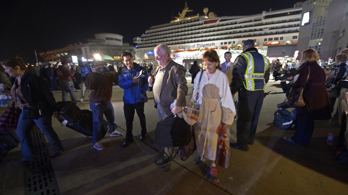 Úleva cestujících z Carnival Triumph