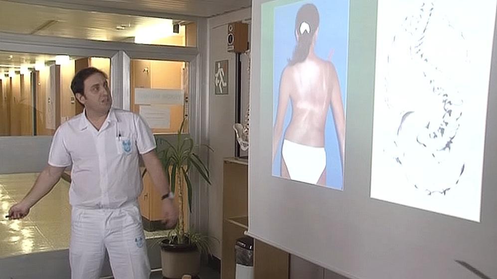 Zkroucený trup před operací páteře