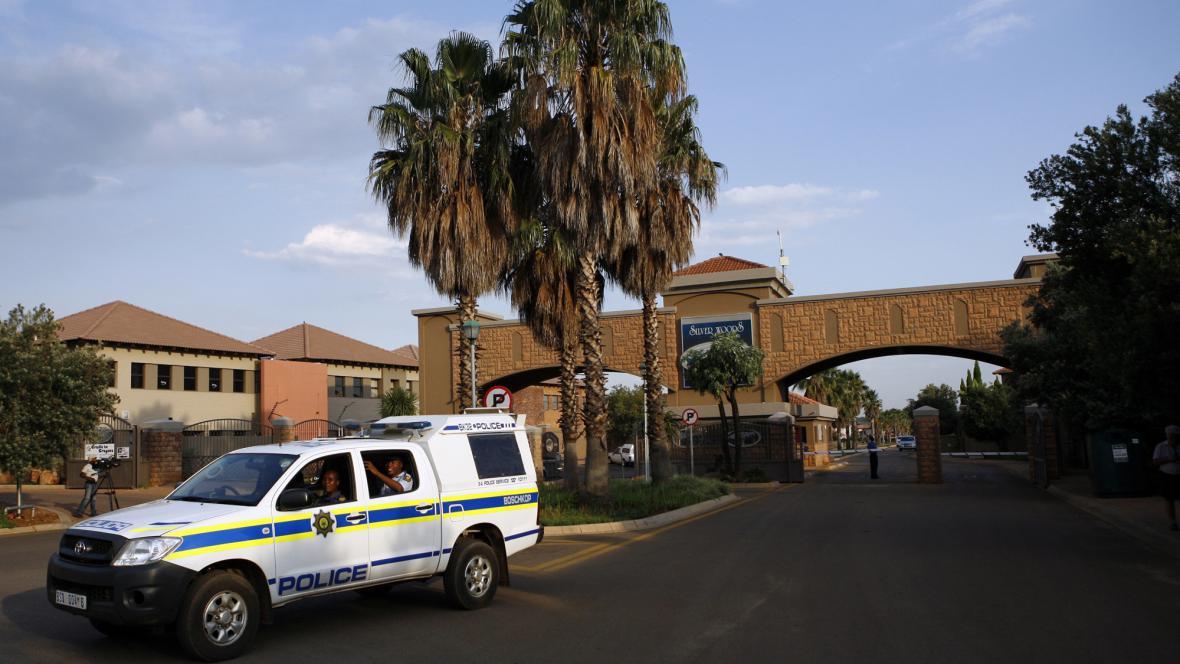 Policie odjíždí ze čtvrti, kde bydlí Pistorius