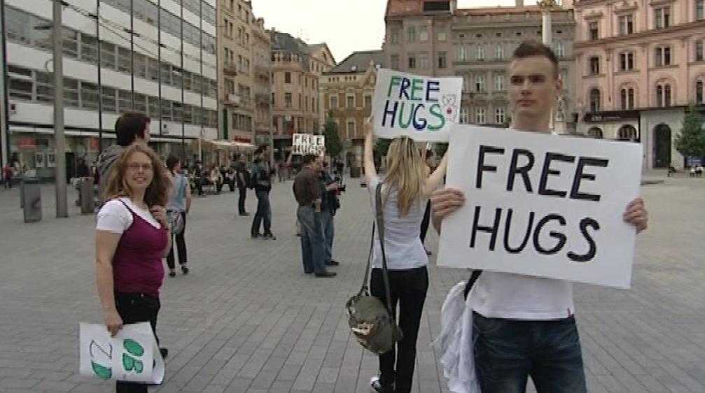 Objímaci happening na náměstí Svobody