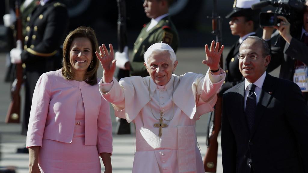 Papež Benedikt XVI. v doprovodu mexického prezidenta a jeho manželky krátce po příletu