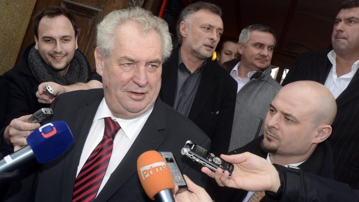 Miloš Zeman před svou prezidentskou kanceláří
