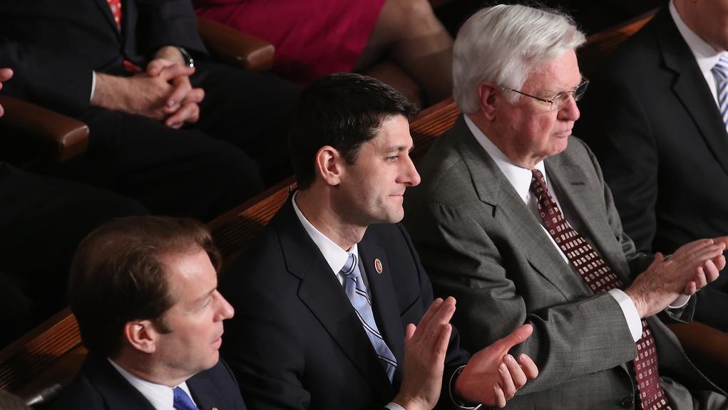 Někdejší kandidát na republikánského viceprezidenta Paul Ryan (uprostřed)