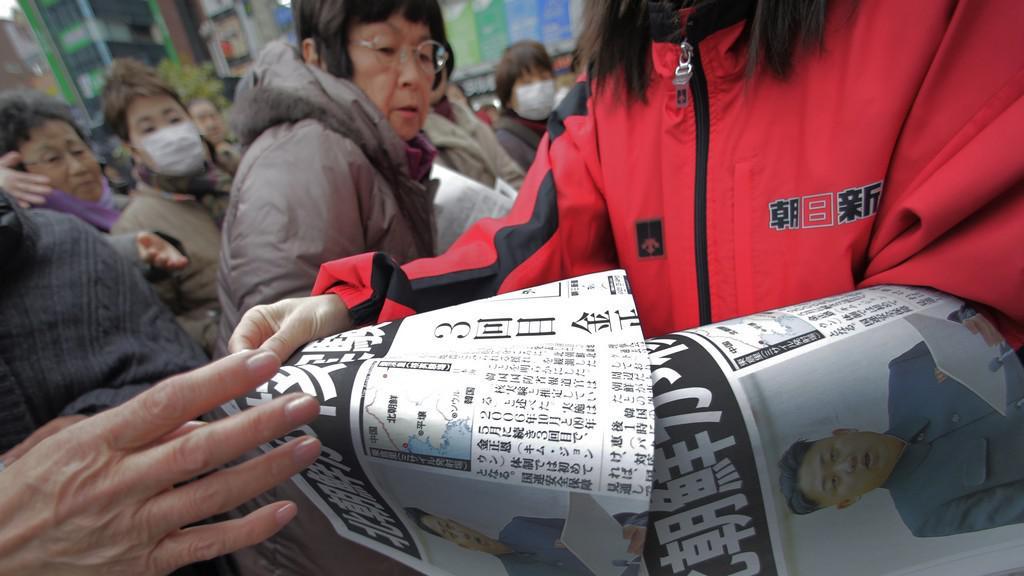 Mimořádné vydání japonského deníku informující o jaderné zkoušce