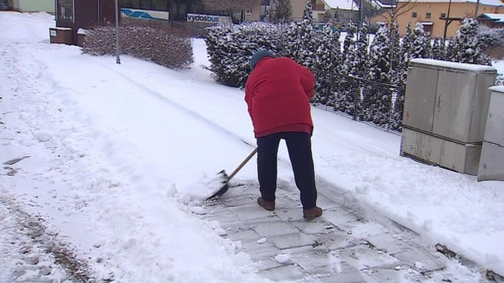 V malé obci mají na úklid sněhu většinou jen hrabla