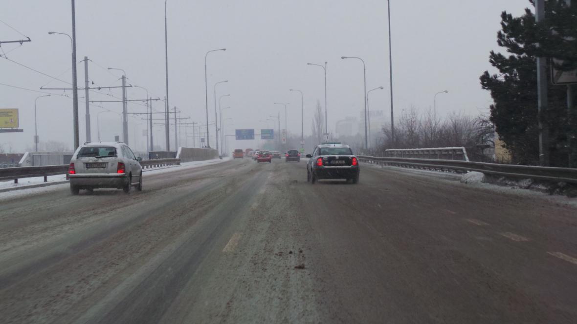 Dálnici D2 pokrývá po chemickém posypu rozbředlý sníh