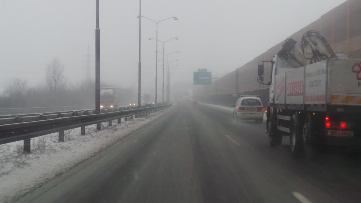 Dálnice D1 je sjízdná, sněžení snižuje viditelnost