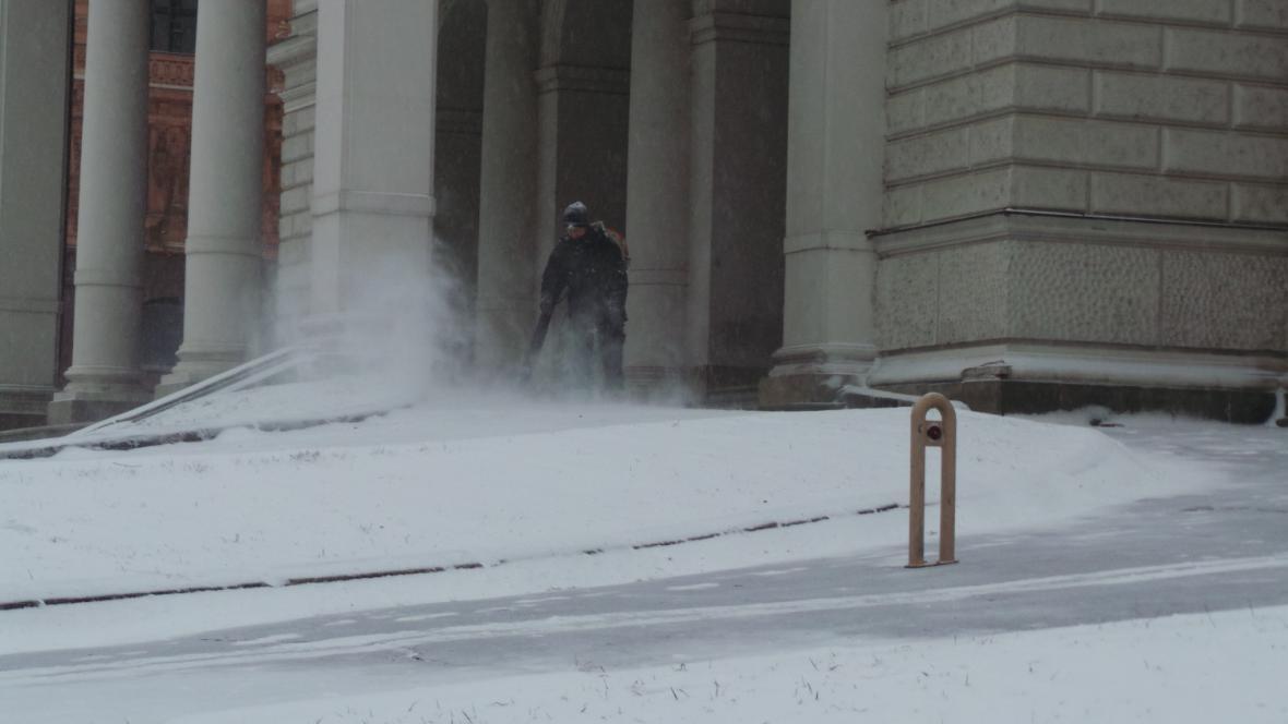 Uklízení sněhu před Mahenovým divadlem v Brně