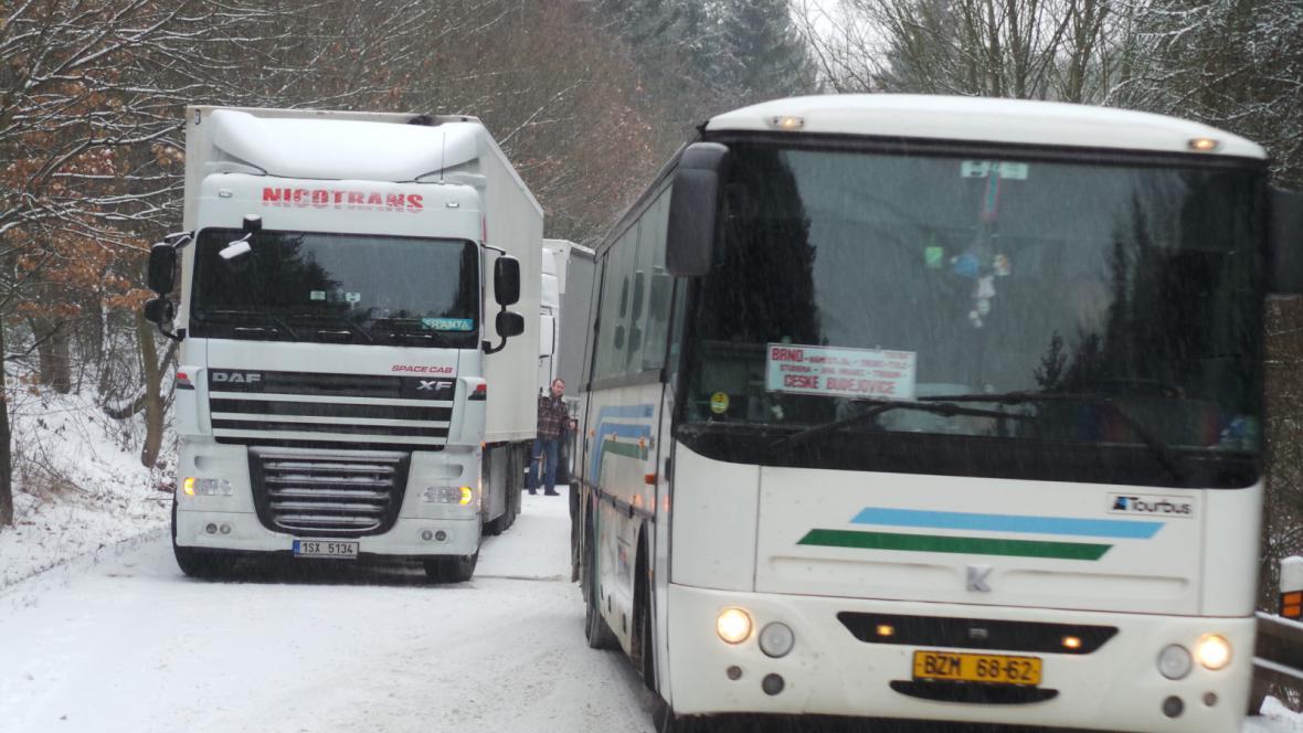 Kamiony blokují jeden jízdní pruh