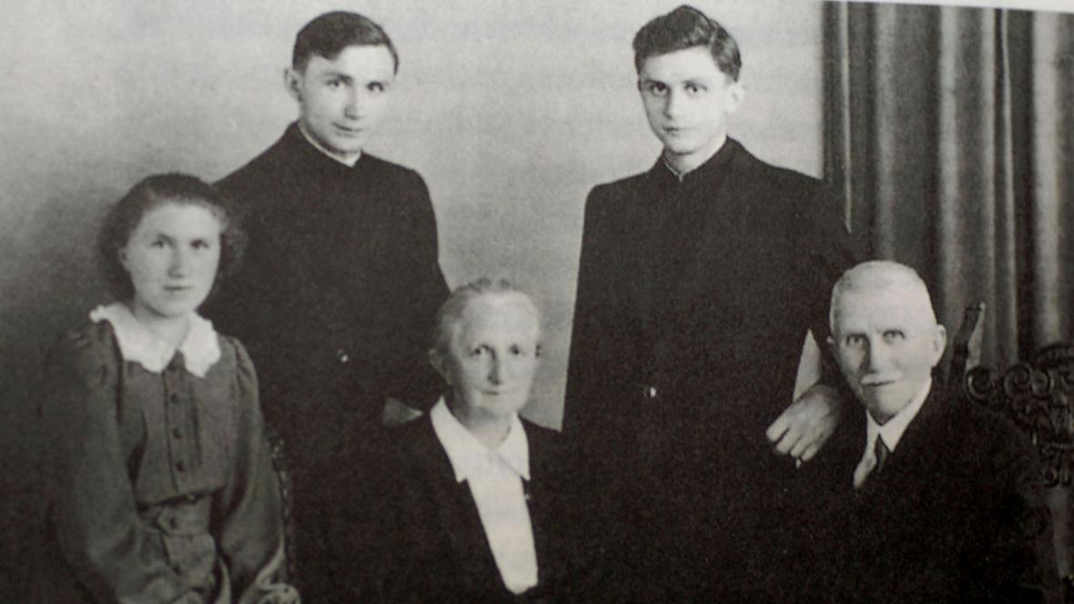Joseph Ratzinger s rodiči, bratrem a sestrou
