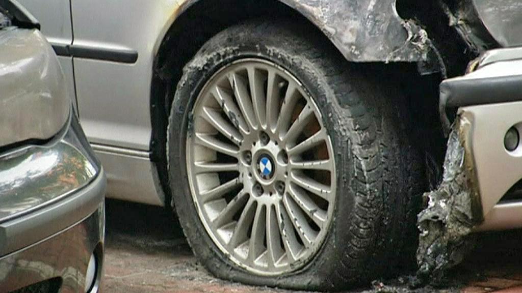 Ohořelá auta v berlínských ulicích