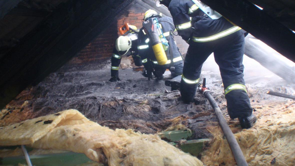 Požár střechy rodinného domu ve Chvalčově