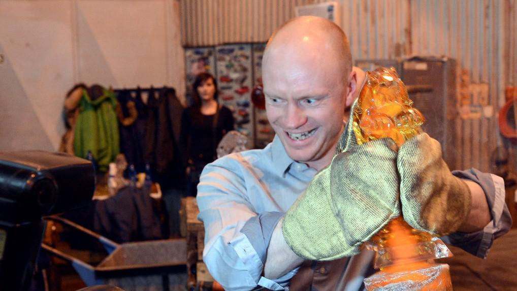 Jan Budař pózuje s ještě žhavou soškou