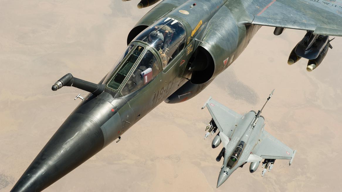 Francouzské stíhačky Mirage F1CR a Rafale nad územím Mali
