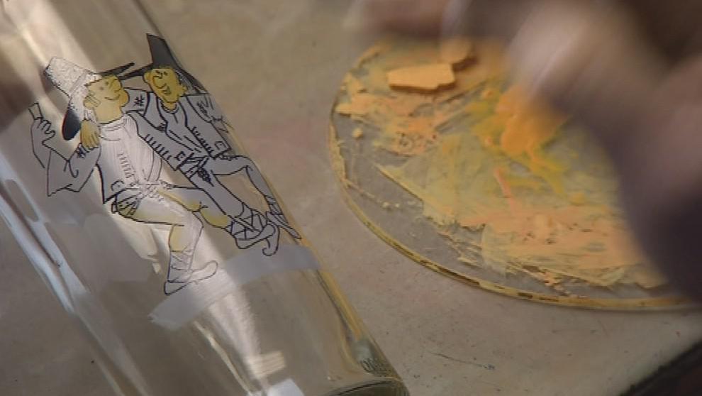 Místní umělec František Novosad maluje na sklo