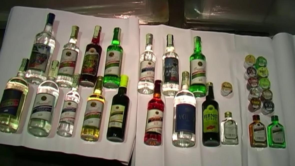 Policisté zabavili i nelegální lihoviny v láhvích
