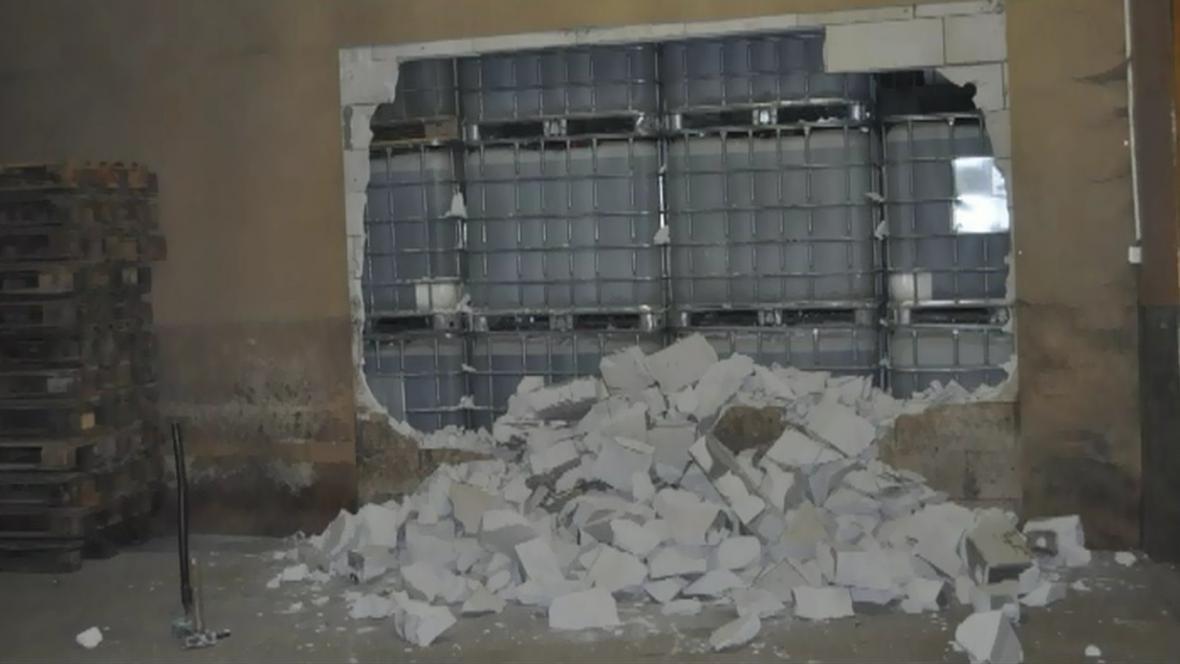 Za zdí bylo půl milionu litrů lihu