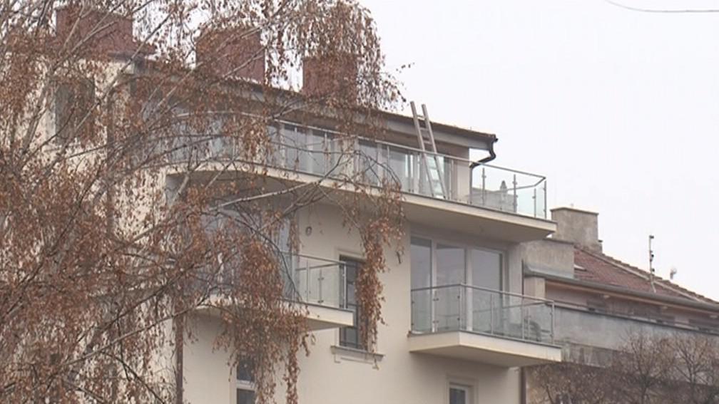 Černá nadstavba na domě v Jaselské ulici