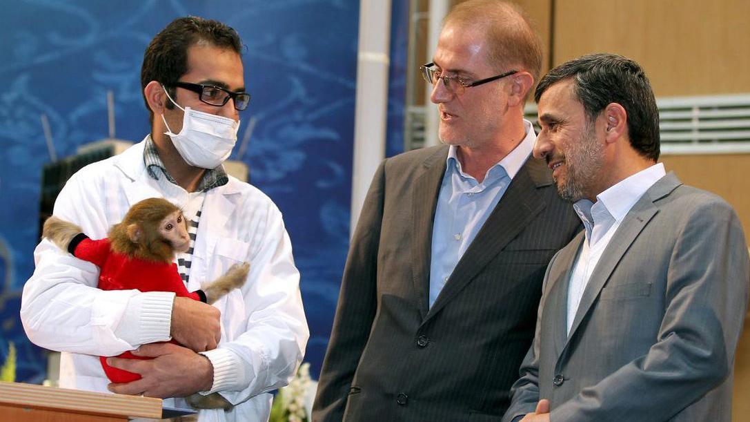 Opičí astronaut a prezident Ahmadínežád (úplně vpravo)
