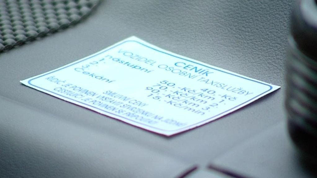 Ceník taxislužby uvnitř vozu za sklem