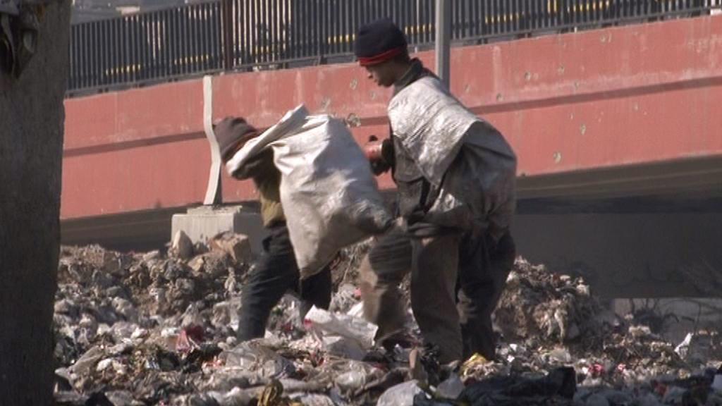 Lidé v Aleppu se potýkají s horami odpadků