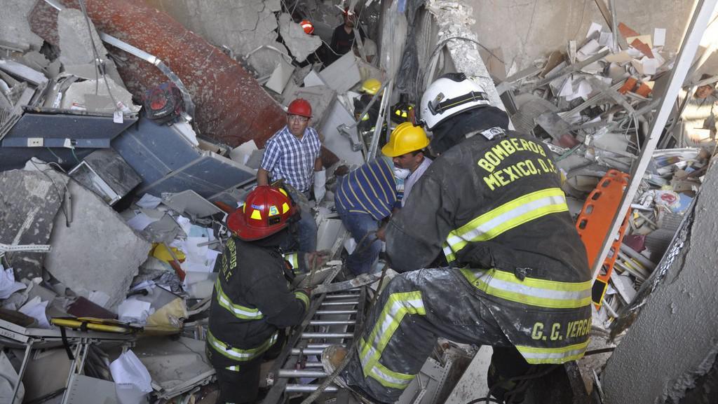 Pátrání po přeživších v troskách budovy