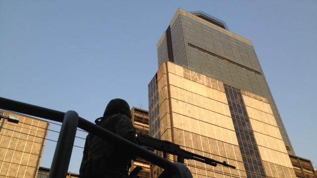Okolí budovy je přísně střeženo armádou
