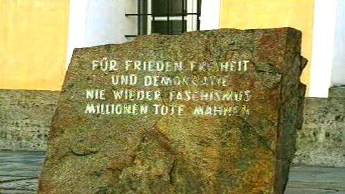 Pamětní deska před Hitlerovým rodným domem