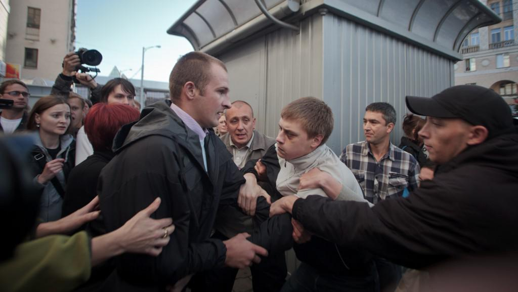 Zásah policie proti účastníkům tichých protestů, červen 2011