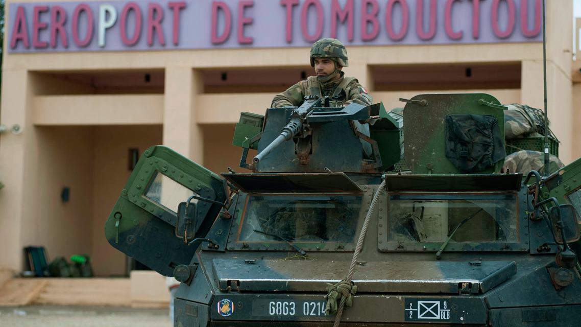 Francouzští vojáci před letištěm v Timbuktu