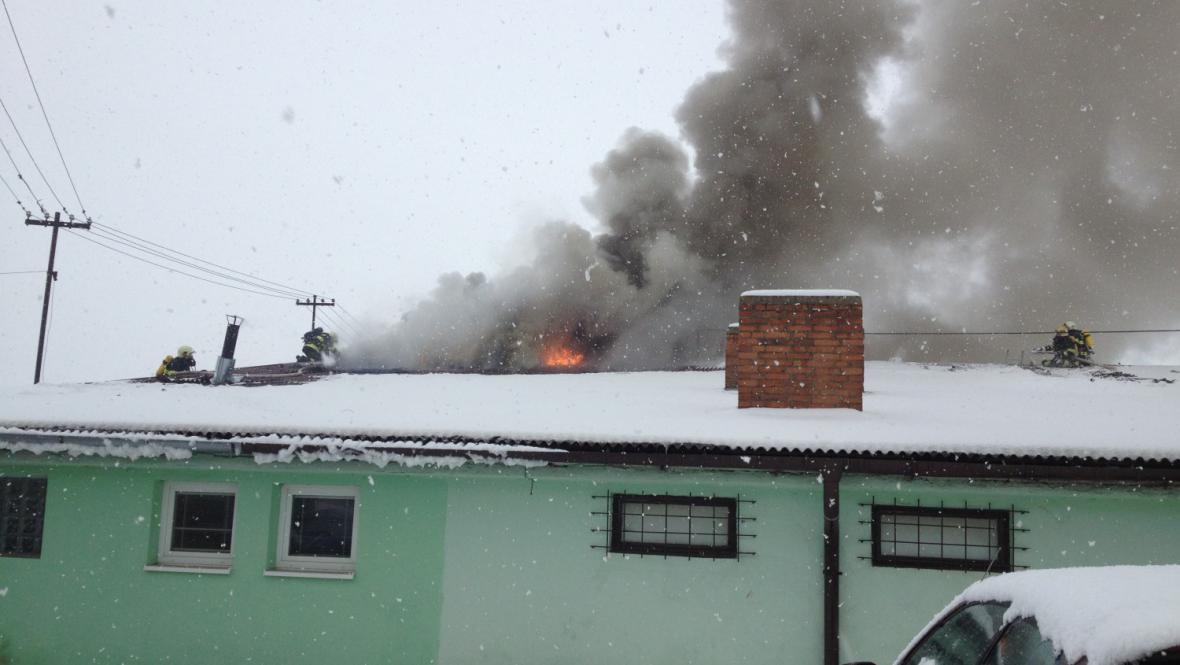 Kvůli rozvodům elektřiny nemohli hasiči použít výškovou techniku